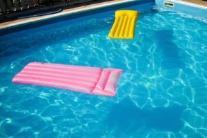 Ein Schwimmgürtel im Wasser ist perfekt