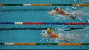 Schwimmhandschuhe sind für ein Training im Wasser ideal